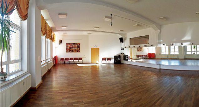 Foto Tanzstudio tendance Bodenbelag Holz Wandfarbe weiß