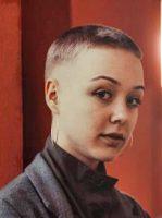 Foto einer Person Hintergrund rot
